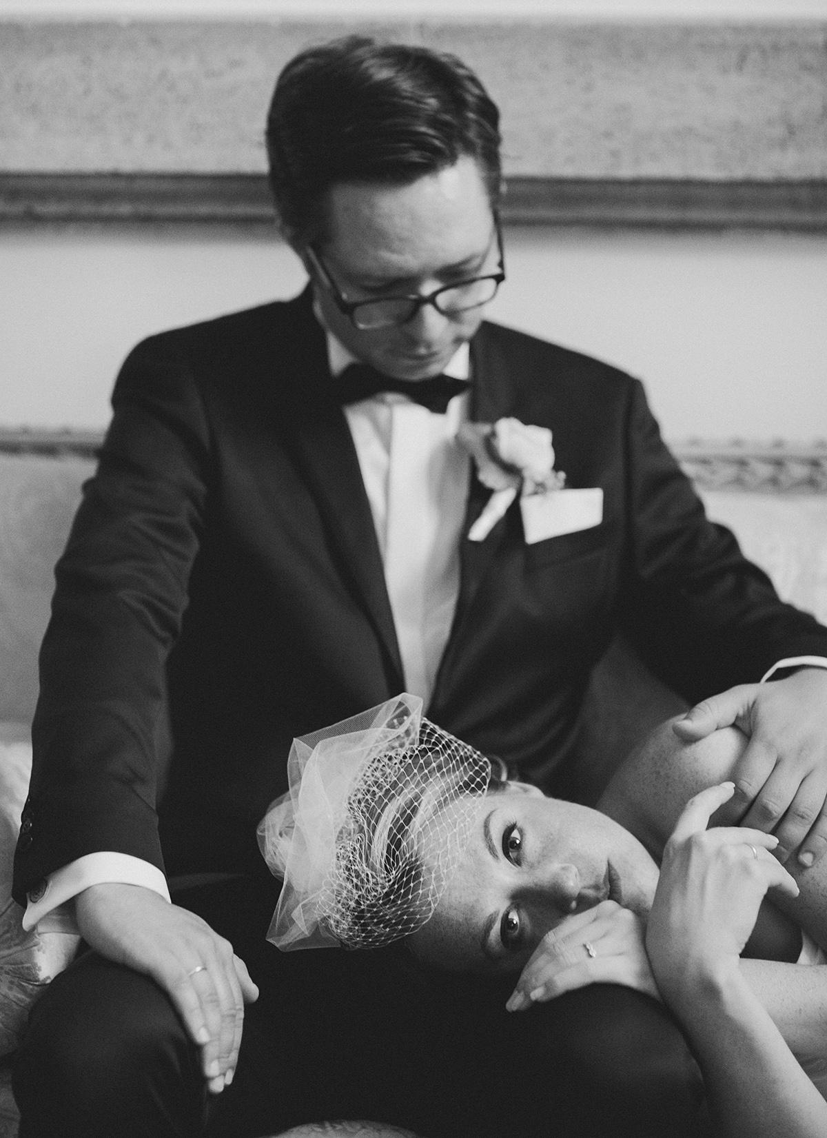 Brautpaarfoto bei Vintage-Hochzeit aufgenommen von professioneller Hochzeitsfotografin Schloss Herzfelde Uckermark © Hochzeitsfotograf Berlin www.hochzeitslicht.de