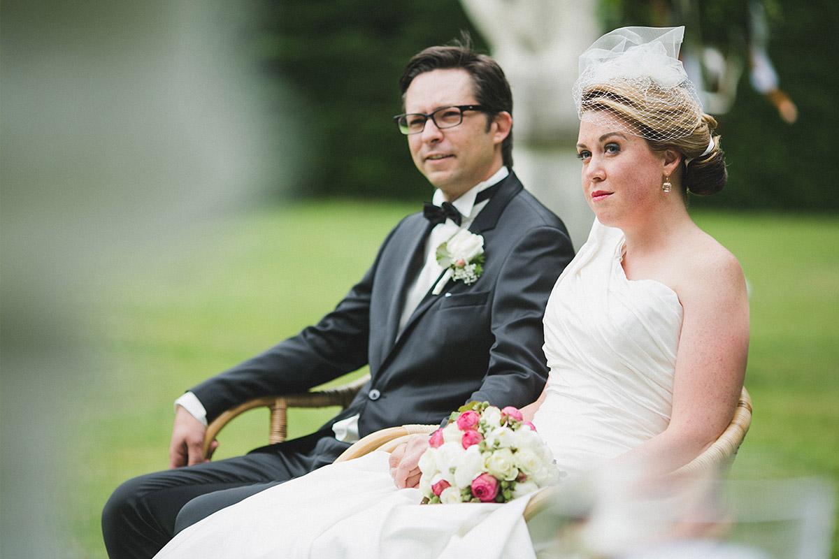 Authentisches Hochzeitsfoto von Brautpaar während freier Trauung im Park von Schloss Herzfelde Uckermark © Hochzeitsfotograf Berlin www.hochzeitslicht.de