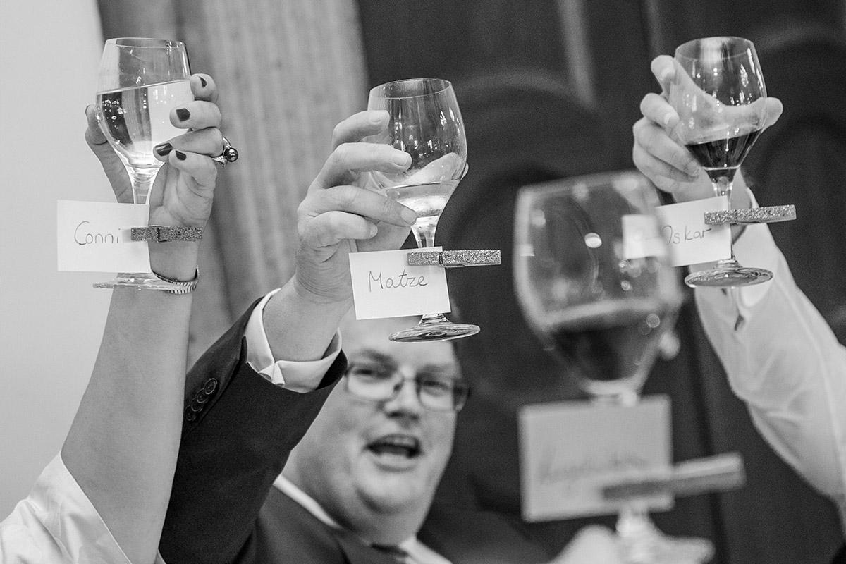 Reportagefoto bei Hochzeitsfeier auf Schloss Herzfelde © Hochzeitsfotograf Berlin hochzeitslicht