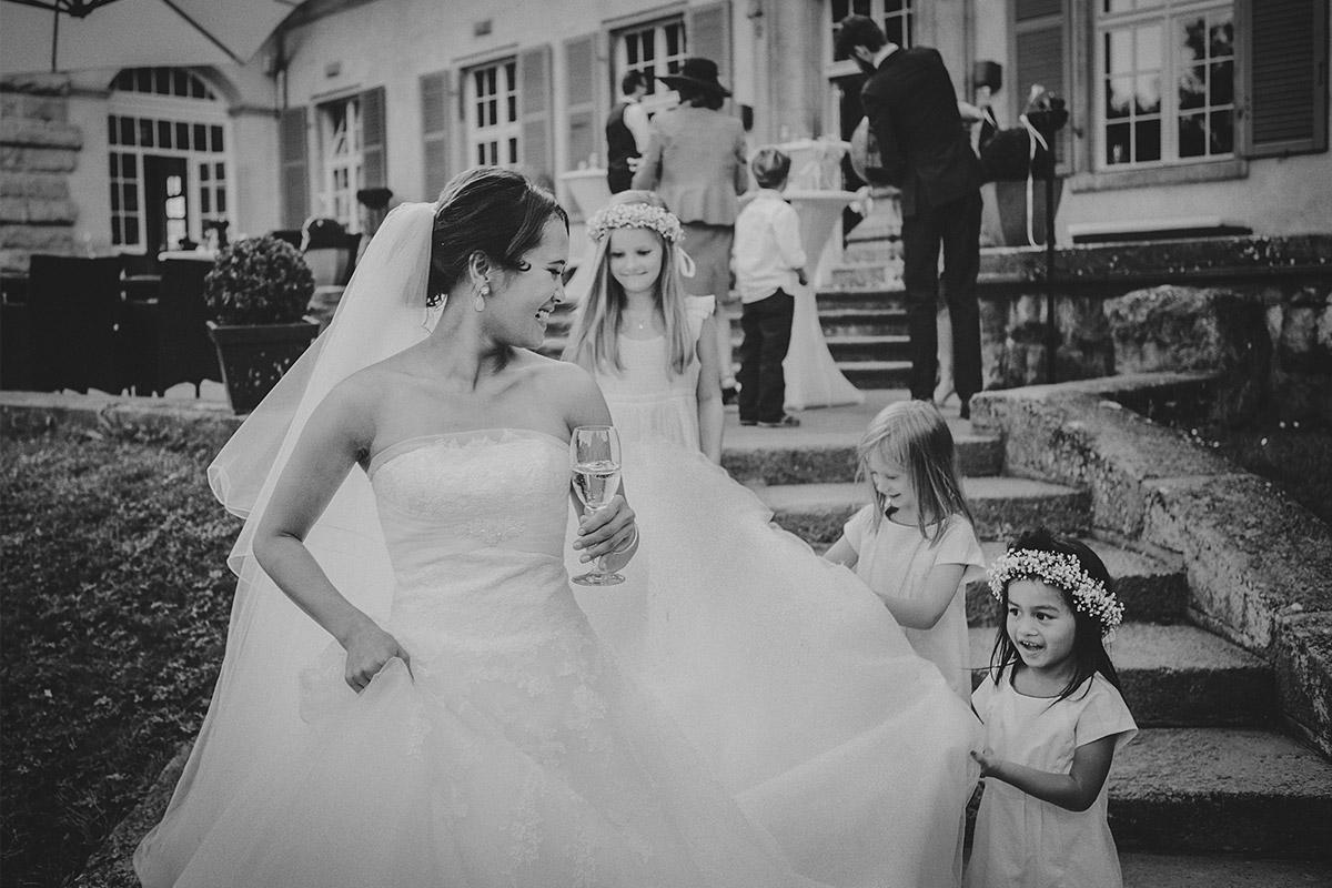 Hochzeitsfoto von Braut mit Blumenmädchen bei Hochzeit im Schloss Kartzow Potsdam © Hochzeitsfotograf Berlin www.hochzeitslicht.de