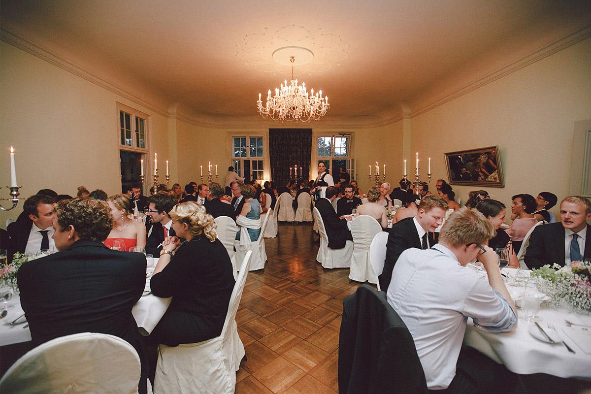 Hochzeitsreportage beim Abendessen bei Hochzeitsfeier auf Schloss Kartzow Potsdam © Hochzeitsfotograf Berlin www.hochzeitslicht.de