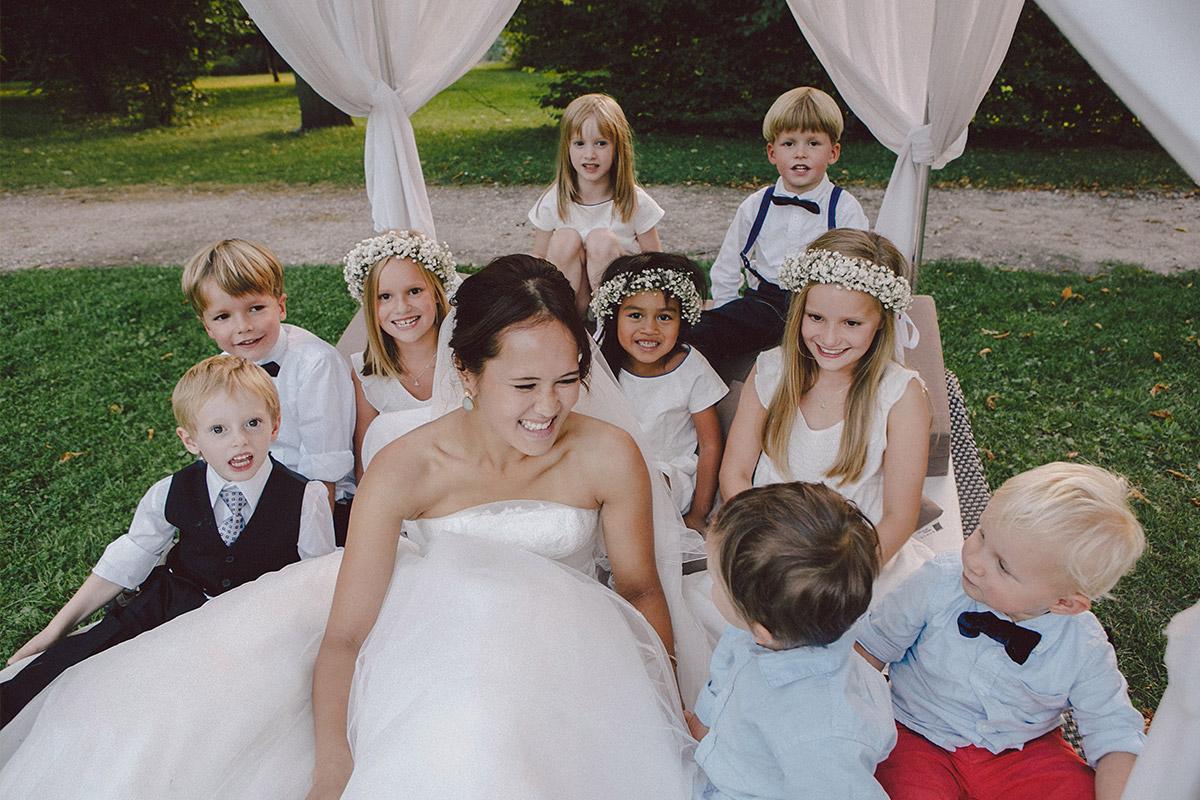 Braut mit Kindern bei Hochzeit im Schloss Kartzow Potsdam © Hochzeitsfotograf Berlin www.hochzeitslicht.de