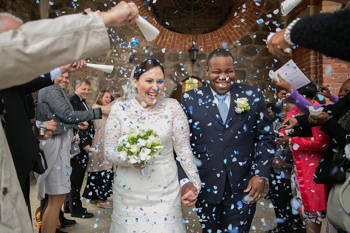 Hochzeitsreportage-Foto von Auszug des Brautpaares nach kirchlicher Trauung auf Schloss und Gut Liebenberg © Hochzeitsfotograf Berlin www.hochzeitslicht.de