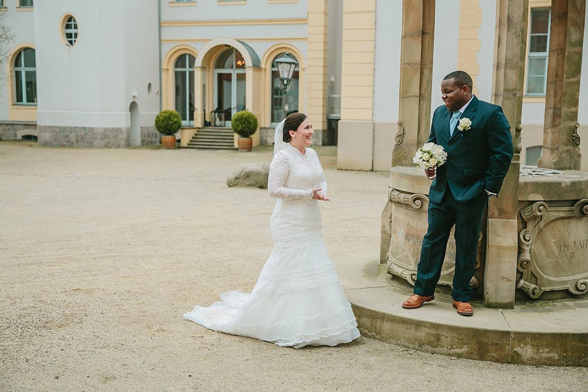 Hochzeitsfoto von First Look von Brautpaar vor Trauung auf Schloss Liebenberg © Hochzeitsfotograf Berlin www.hochzeitslicht.de