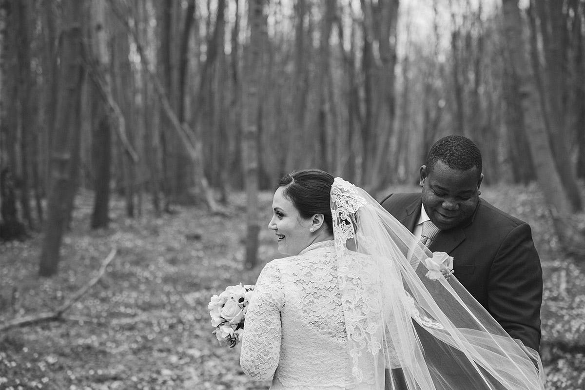 schwarz-weiß Brautpaarfoto in Wald in der Nähe von Schloss Liebenberg aufgenommen bei Frühlingshochzeit auf Schloss und Gut Liebenberg © Hochzeitsfotograf Berlin www.hochzeitslicht.de