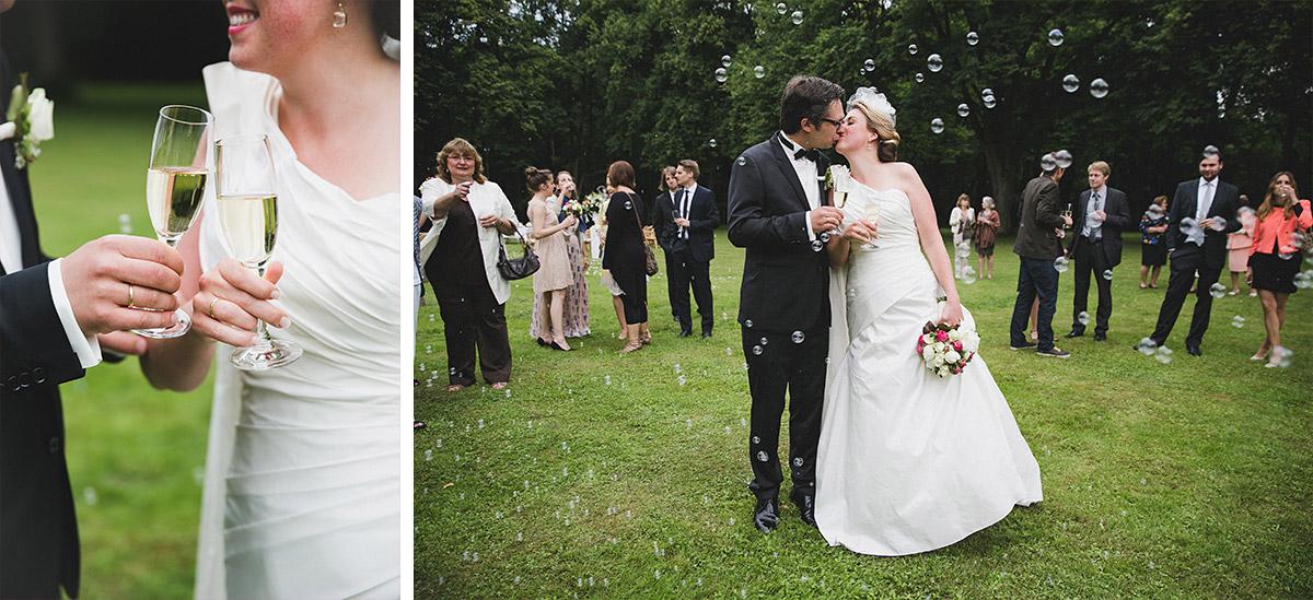 professionelle Hochzeitfotos bei Sektempfang nach freier Trauung auf Schloss Herzfelde © Hochzeitsfotograf Berlin hochzeitslicht