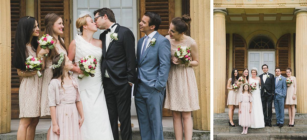 Gruppenfoto bei Hochzeit mit Brautpaar, Brautjungfern, Best Man und Blumenmädchen bei Schlosshochzeit Schloss Herzfelde Uckermark © Hochzeitsfotograf Berlin hochzeitslicht
