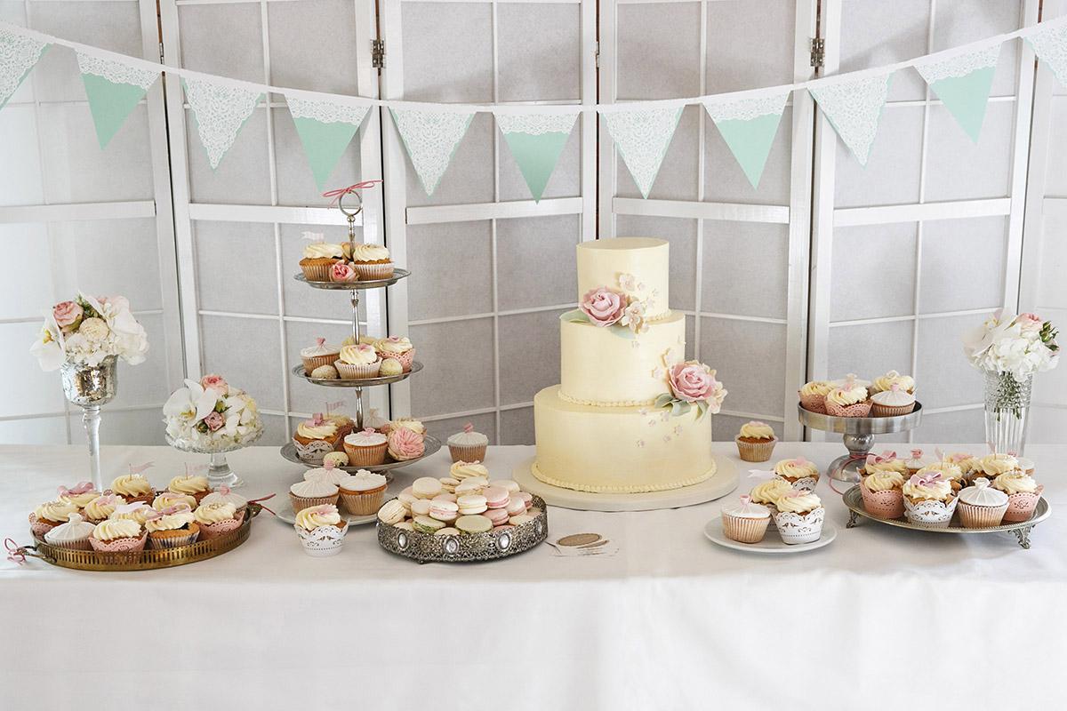 Candy Bar mit Cupcakes, Macarons und Hochzeitstorte von Dilekerei im Spreespeicher Hochzeit Berlin © Hochzeitsfotograf Berlin www.hochzeitslicht.de