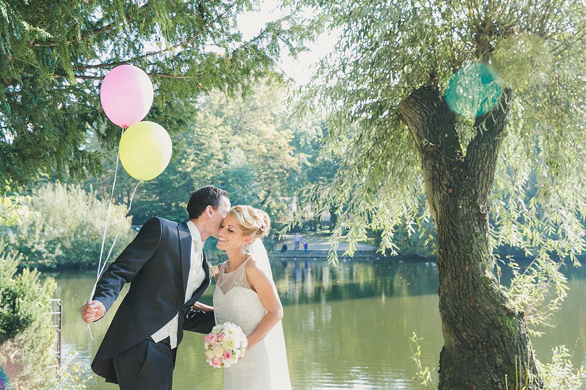 Brautpaarfoto im Grünen bei Spreespeicher Hochzeit Berlin © Hochzeitsfotograf Berlin www.hochzeitslicht.de
