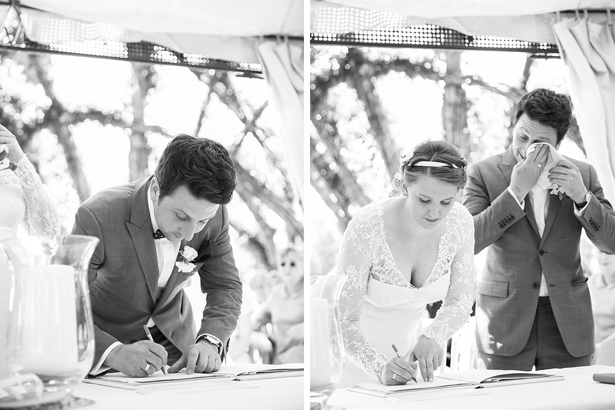 Emotionale Hochzeitsfotos beim Unterschreiben der Standesamtsurkunde bei standesamtlicher Trauung im Weidendom, Schlepzig Spreewald © Hochzeitsfotograf Berlin www.hochzeitslicht.de