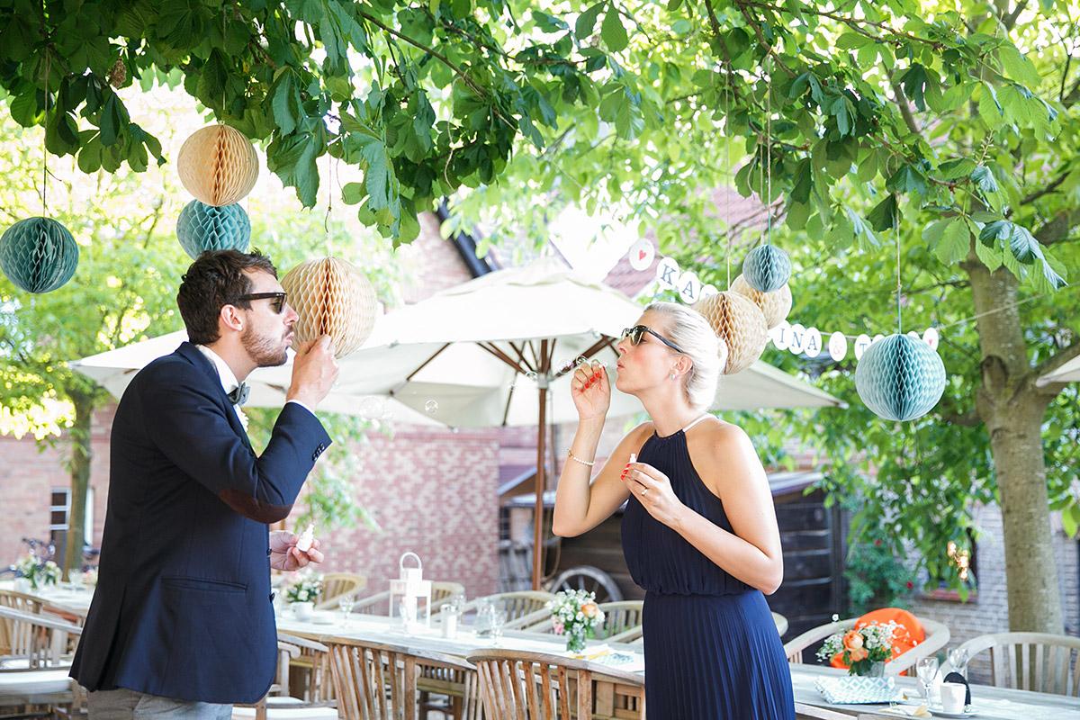 """Hochzeitsfoto von Gästen mit Seifenblasen bei DIY Hochzeitsfeier im Spreewaldresort """"Seinerzeit"""", Schlepzig© Hochzeitsfotograf Berlin www.hochzeitslicht.de"""