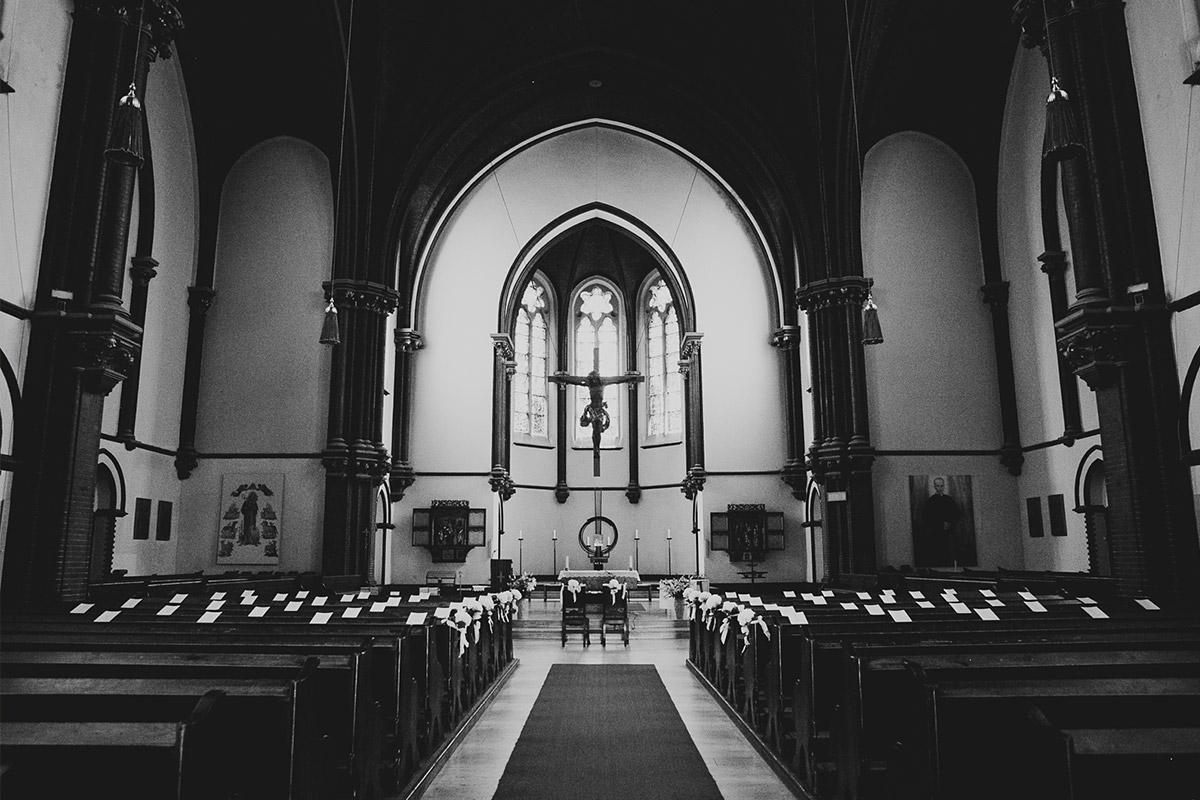 Hochzeitsfoto von katholischer St. Sebastian Kirche Berlin © Hochzeitsfotograf Berlin www.hochzeitslicht.de