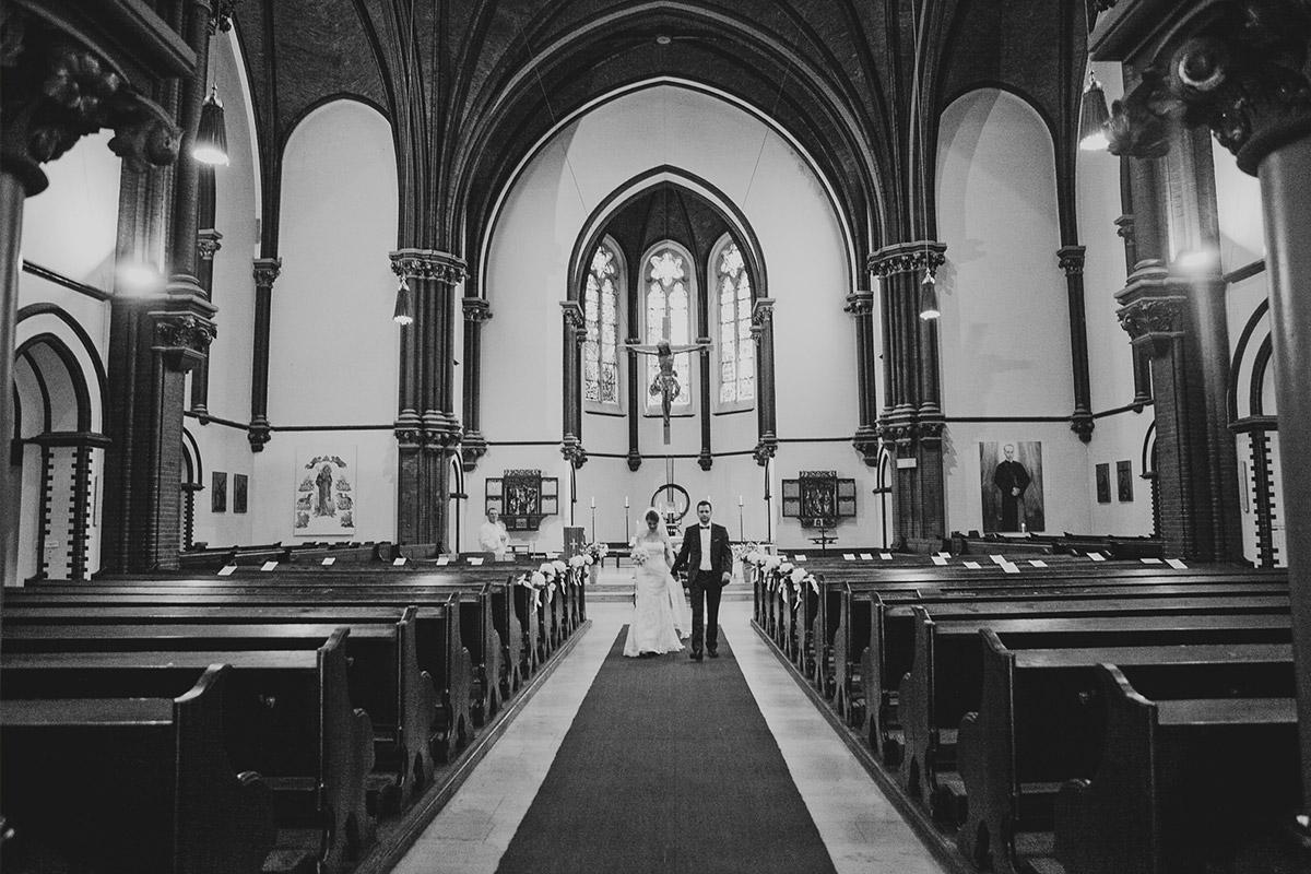 Hochzeitsfoto von Auszug des Brautpaares nach Hochzeit in katholischer St. Sebastian Kirche Berlin © Hochzeitsfotograf Berlin www.hochzeitslicht.de