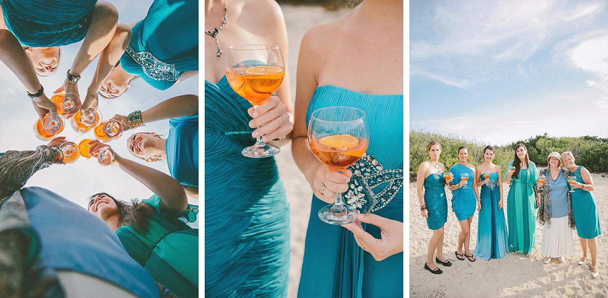 Gäste der Strandhochzeit auf Mallorca mit Cocktails © Hochzeitsfotograf Berlin hochzeitslicht