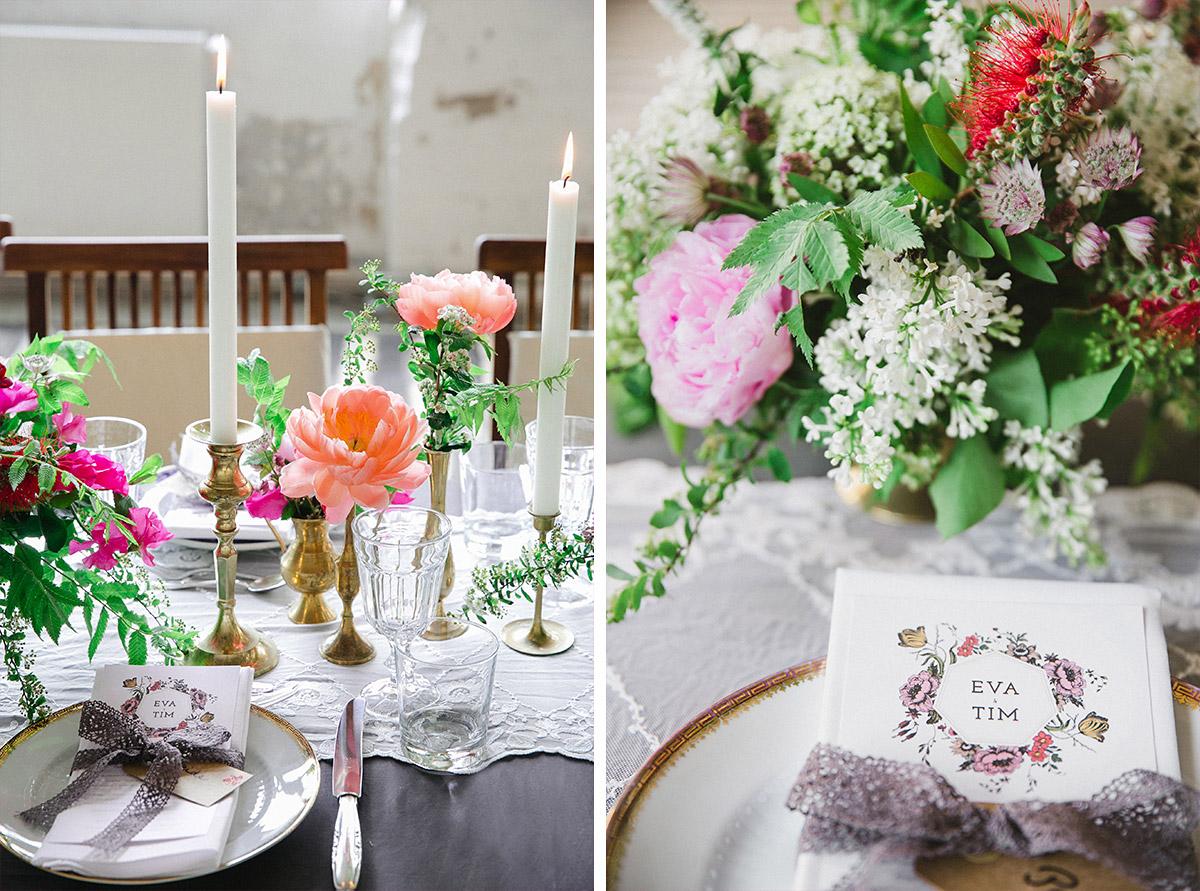 Hochzeitsfoto von Tischdekoration mit Blumen von Botanic Art und Vintage-Geschirr und Besteck von Gotvintage bei Boho-Hochzeit in Fabrik 23 Berlin © Hochzeitsfotograf Berlin www.hochzeitslicht.de