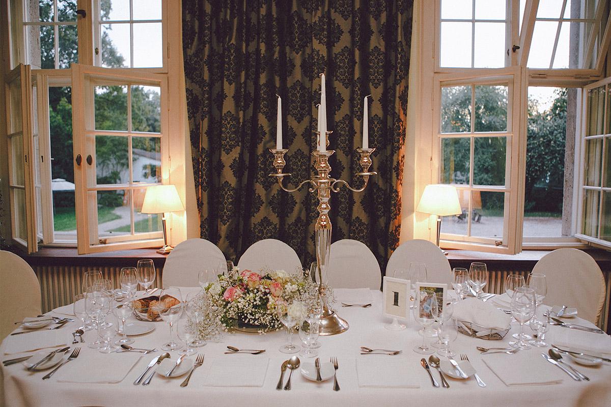 Hochzeitsfoto von Tischdekoration bei Vintage-Hochzeit auf Schloss Kartzow © Hochzeitsfotograf Berlin www.hochzeitslicht.de