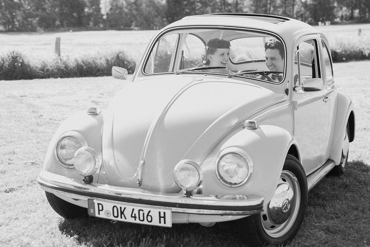 Schwarz-weiß Hochzeitsfoto mit VW-Käfer bei Vintage-Hochzeit im Spreewald © Hochzeitsfotograf Berlin www.hochzeitslicht.de