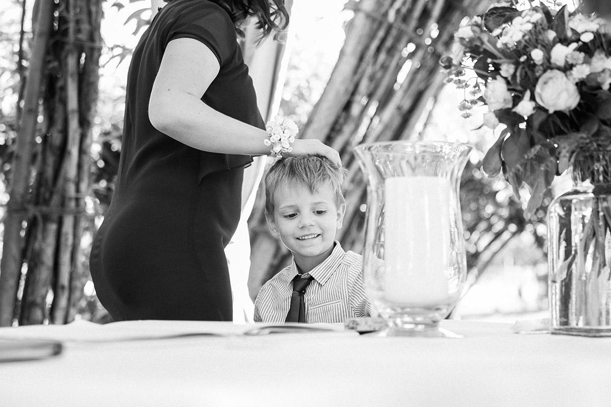 Ungestelltes Hochzeitsfoto bei Trauung während Spreewaldhochzeit im Weidendom Schlepzig von professioneller Hochzeitsfotografin © Hochzeitsfotograf Berlin www.hochzeitslicht.de