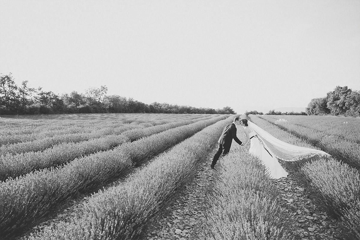 Paarfoto von Brautpaar beim After-Wedding-Shooting in Lavendelfeld in der Provence, Frankreich © Hochzeitsfotograf Berlin hochzeitslicht