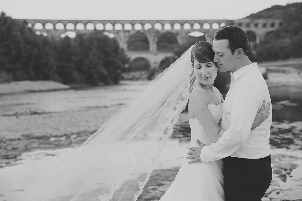 Hochzeitsfoto von Brautpaar bei After-Wedding-Fotoshooting vor Aquädukt in der Provence, Frankreich aufgenommen von Berliner Hochzeitsfotografinnen © Hochzeitsfotograf Berlin hochzeitslicht