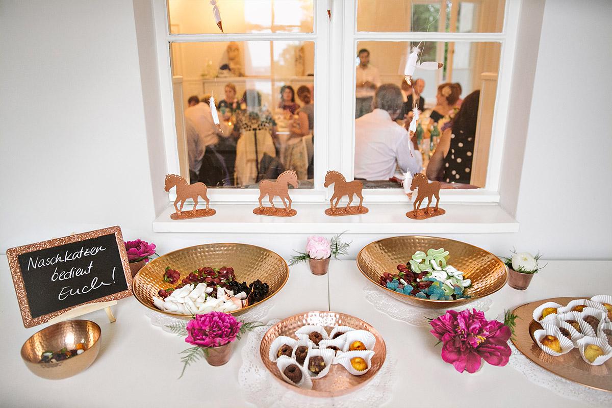 Candybar bei Hochzeit mit kupferfarbenen Schalen und passenden Deko-Pferdchen in Kupfer im Gästehaus Villa Blumenfisch © Hochzeitsfotograf Berlin www.hochzeitslicht.de