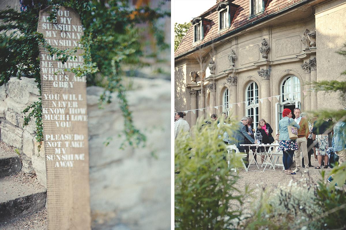 Hochzeitsreportage-Foto von selbstgemachtem Schild als Dekoration bei DIY-Hochzeit auf Schloss Marquardt in der Nähe von Berlin © Hochzeitsfotograf Berlin hochzeitslicht