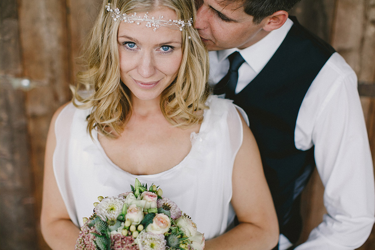 Hochzeitsfoto von Braut mi Boho-Perlen-Stirnband bei Vintage-Hochzeit in Nähe von Berlin © Hochzeitsfotograf Berlin hochzeitslicht