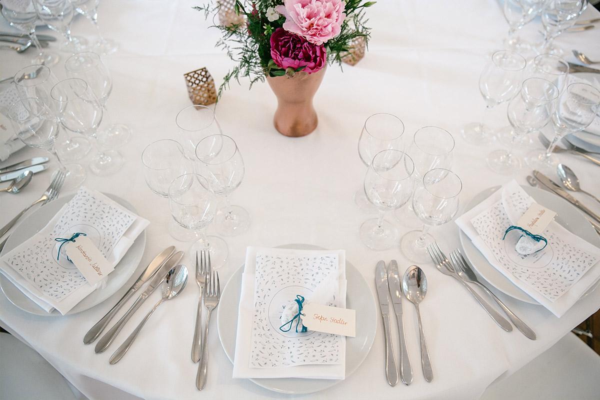 Tischdekoration in petrol und kupfer mit pinken und rosa Pfingstrosen bei Hochzeit im Gästehaus Villa Blumenfisch Wannsee © Hochzeitsfotograf Berlin www.hochzeitslicht.de
