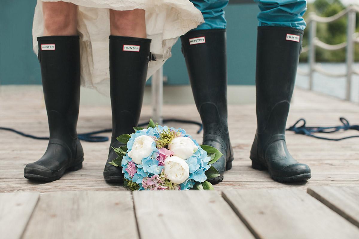 Gummistiefel als witziges Hochzeitsfoto-Accessoire bei Brautpaar-Fotoshooting auf Schloss Marquardt Hochzeit Potsdam aufgenommen © Hochzeitsfotograf Berlin hochzeitslicht