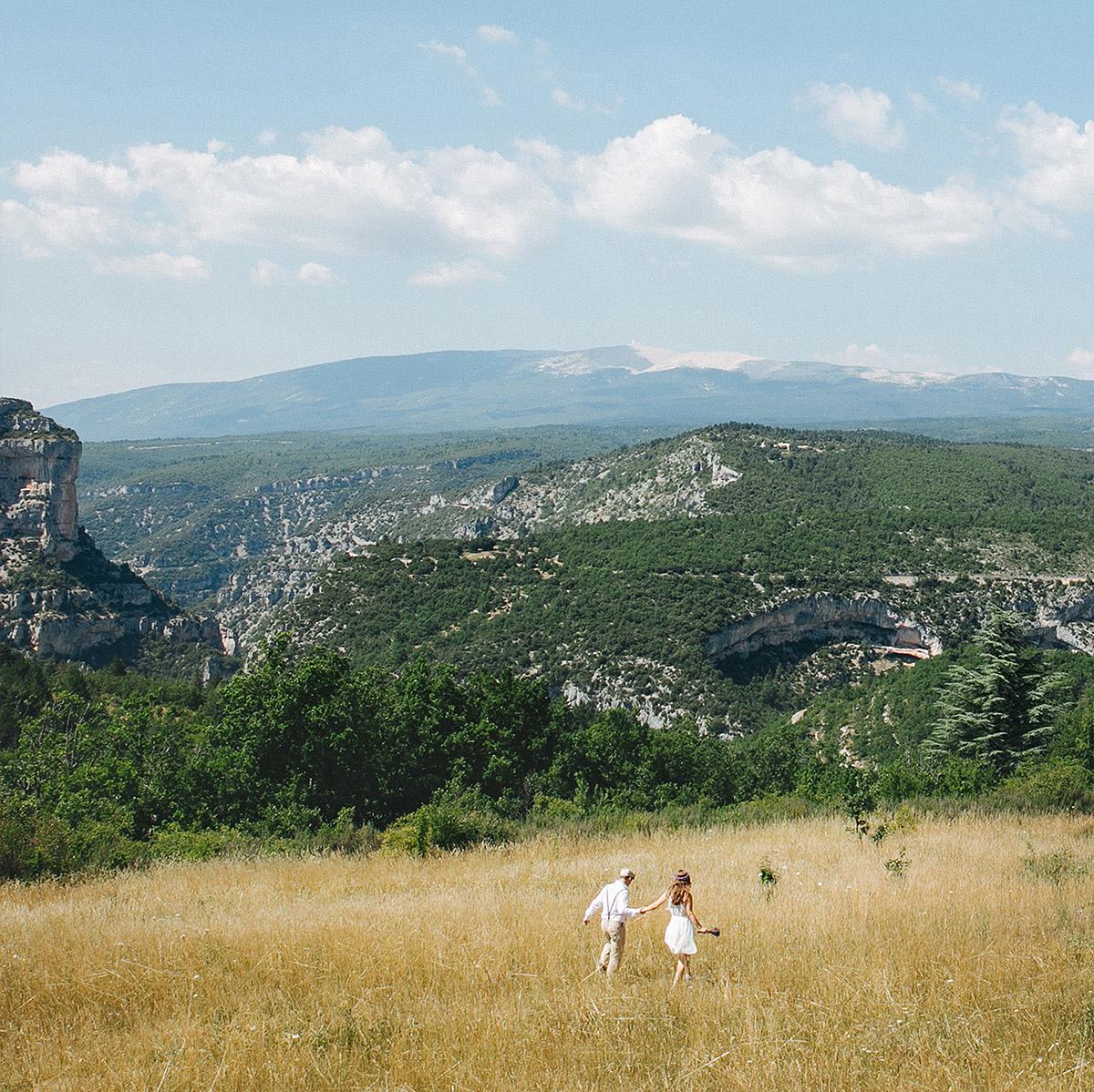 Paarfoto bei Paar-Fotoshooting auf Wiese mit Blick auf Berge in der Provence © Fotostudio Berlin LUMENTIS