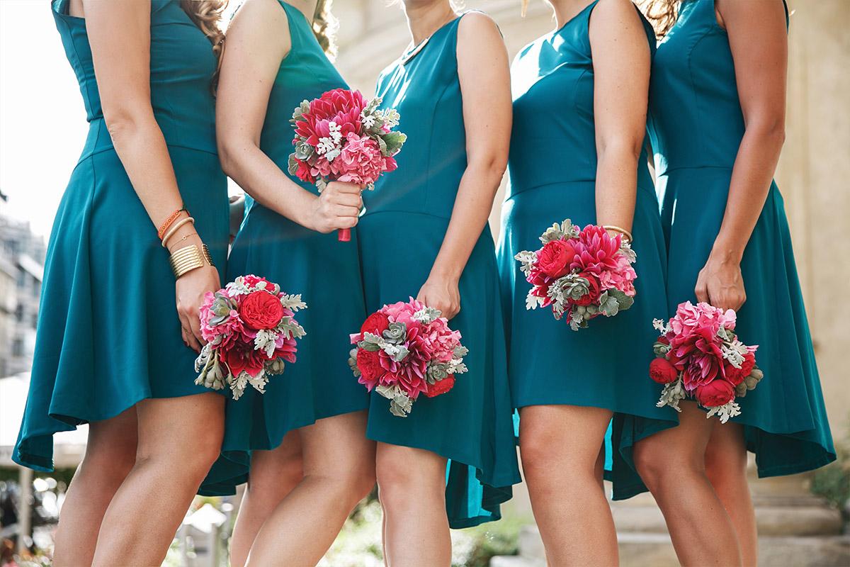Hochzeitsfoto der Brautjungfern in türkisen Kleidern mit pinken Blumensträußen von Marsano Blumen Berlin © Hochzeit Berlin www.hochzeitslicht.de
