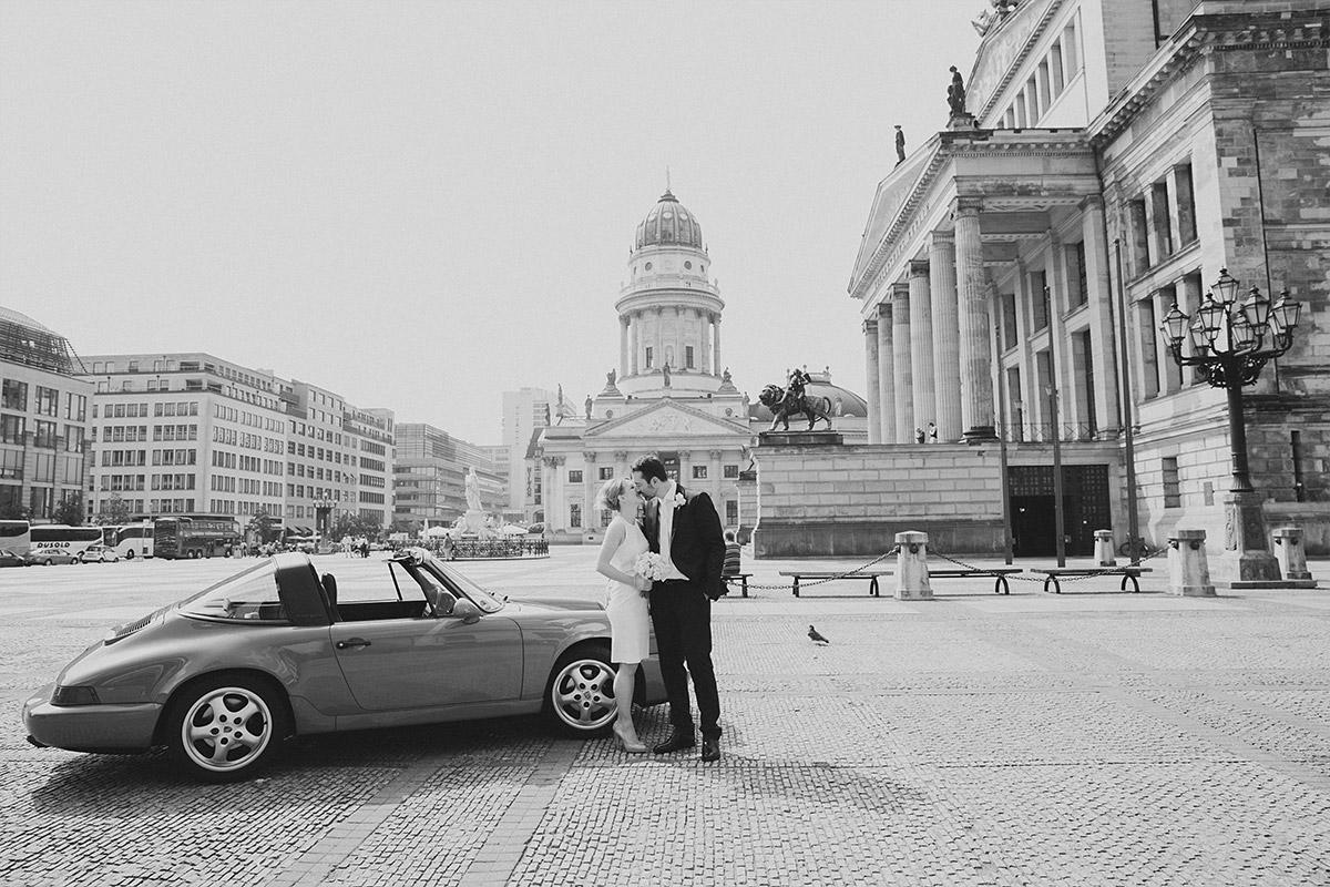 Hochzeitsfotografie von Brautpaar vor Französischem Dom auf Gendarmenmarkt Berlin Mitte © Hochzeitsfotograf Berlin www.hochzeitslicht.de