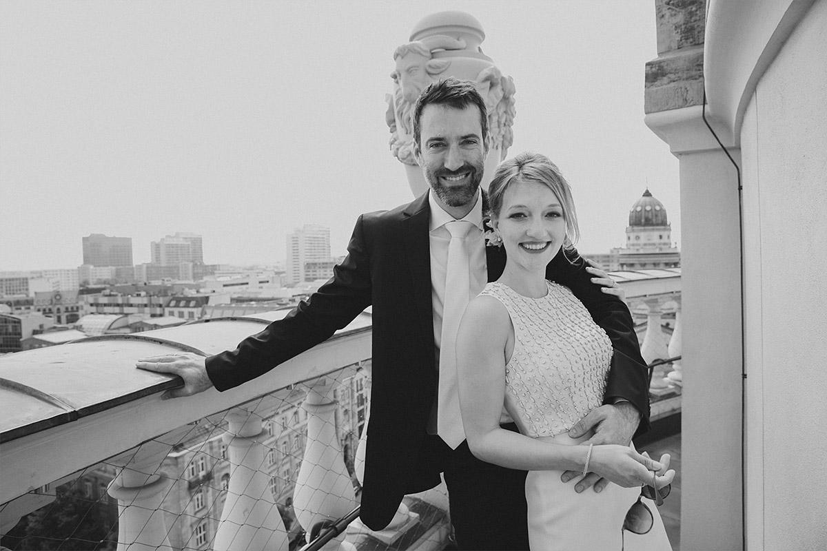 Brautpaarfoto aufgenommen von professionellem Hochzeitsfotograf auf Französischem Dom Gendarmenmarkt Berlin-Mitte © Hochzeitsfotograf Berlin www.hochzeitslicht.de