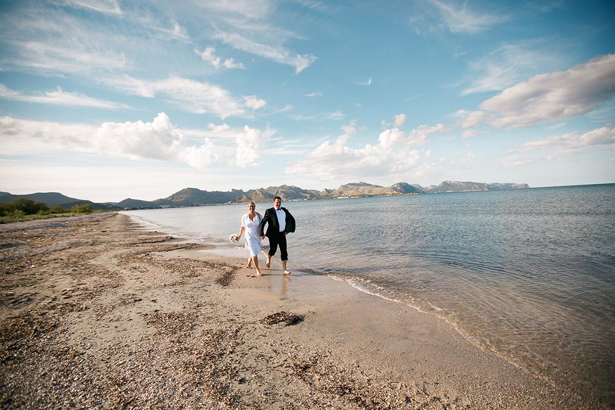 Brautpaarfoto am Strand auf Mallorca © Hochzeitsfotograf Berlin hochzeitslicht