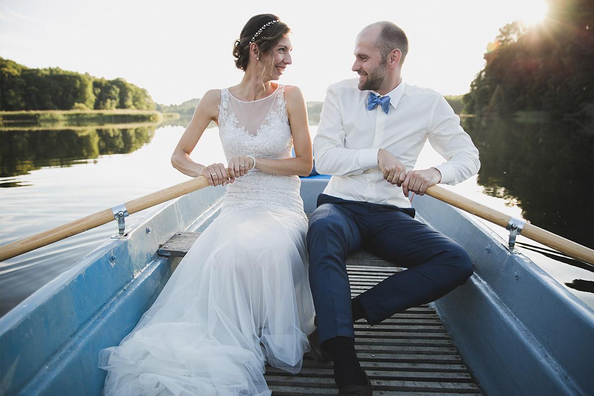 Romantisches Hochzeitsfoto bei Sonnenuntergang von Brautpaar in Boot bei Hochzeit am See in Kultur-Gut Wrechen, Uckermark © Hochzeit Berlin www.hochzeitslicht.de