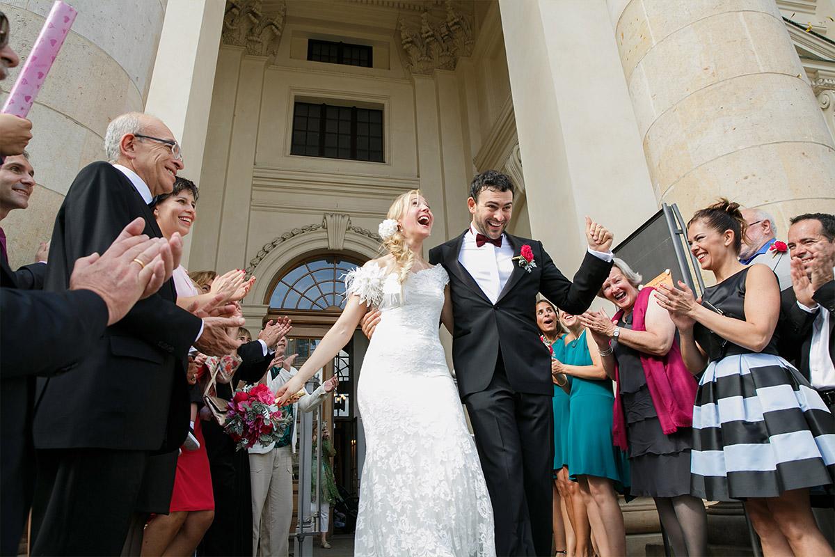 Hochzeitsreportage-Foto von Auszug des Brautpaares nach freier Trauung im Französischem Dom, Berlin © Hochzeit Berlin www.hochzeitslicht.de