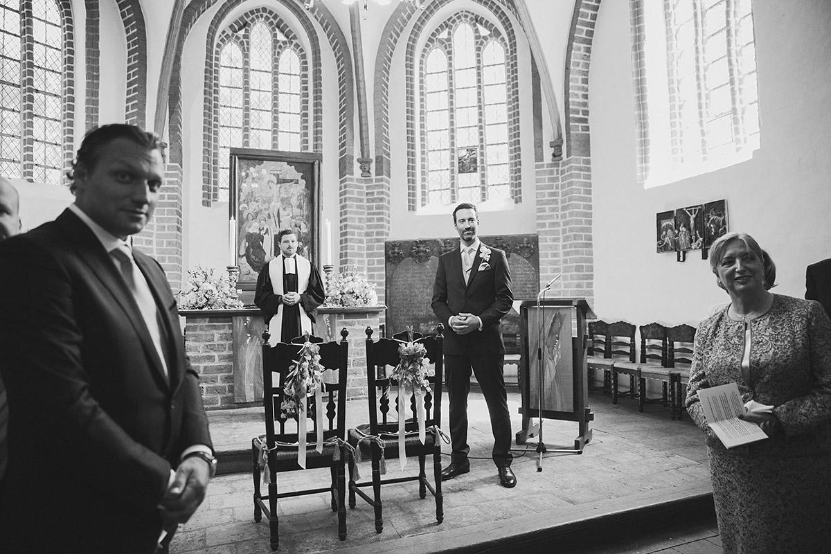 Hochzeitsreportage-Foto von wartendem Bräutigam in St-Annen-Kirche Dahlem bei Schloss-Glienicke-Hochzeit Berlin © Hochzeitsfotograf Berlin www.hochzeitslicht.de