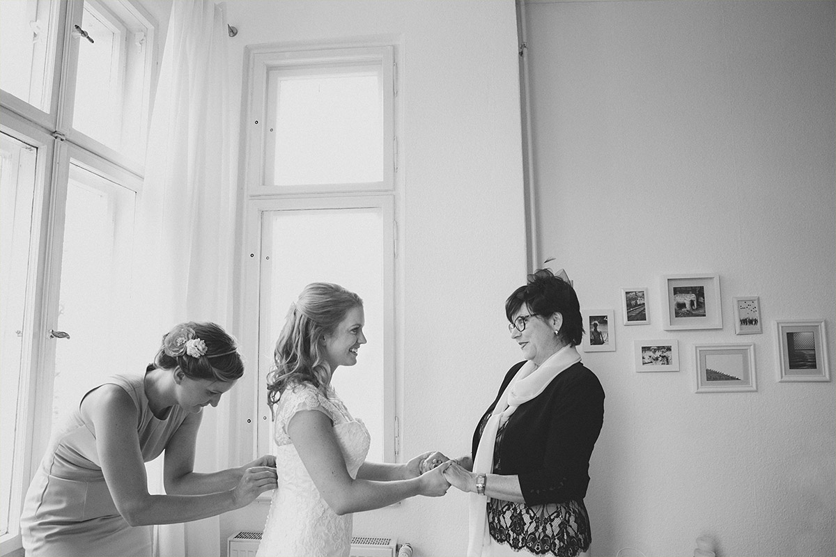 Hochzeitsfoto von Vorbereitungen der Braut auf Hochzeit im Gästehaus Villa Blumenfisch Berlin © Hochzeitsfotograf Berlin www.hochzeitslicht.de