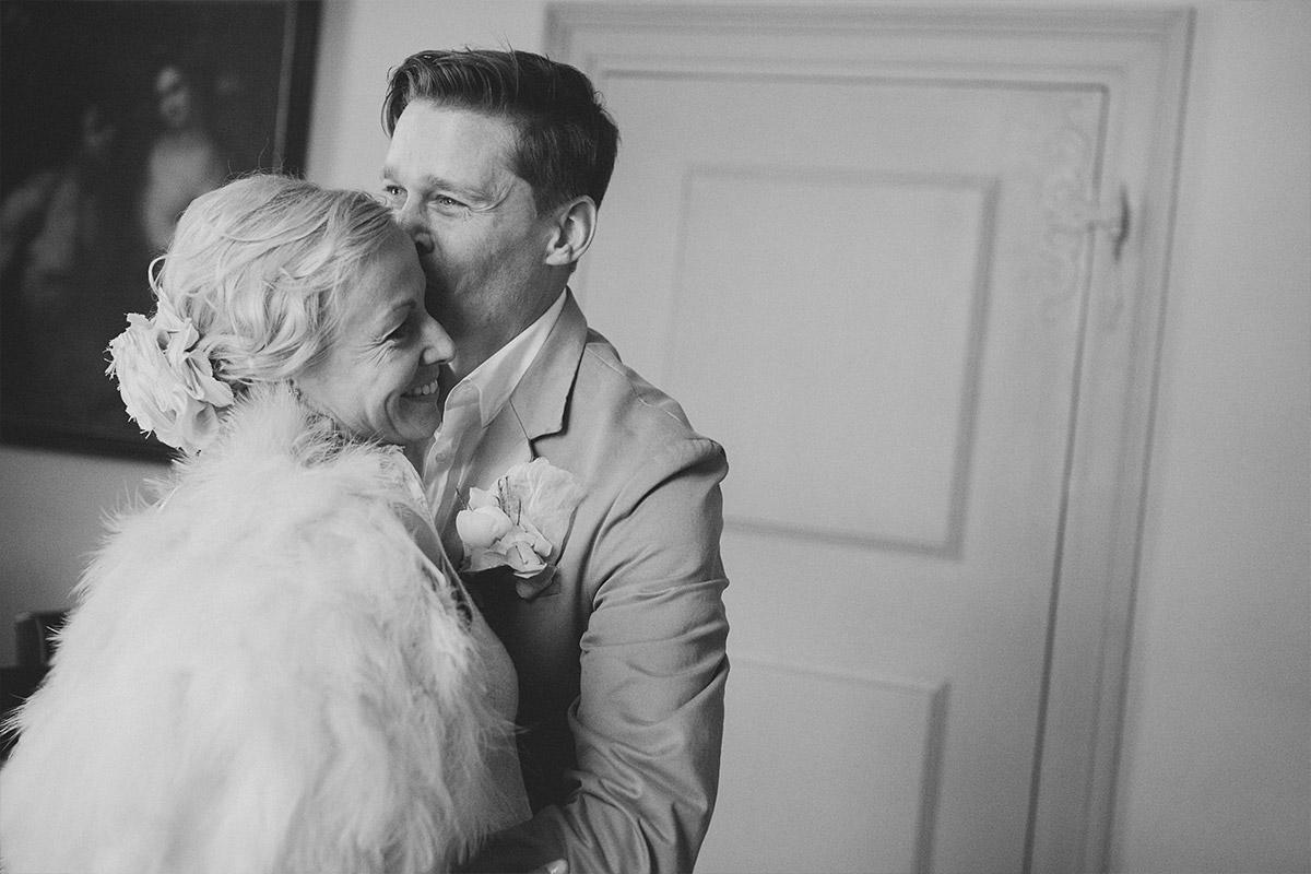 Hochzeitsfoto von Braut und Bräutigam bei standesamtlicher Hochzeit im Schloss Caputh am Schwielowsee aufgenommen von professionellem Fotograf © Hochzeitsfotograf Berlin hochzeitslicht