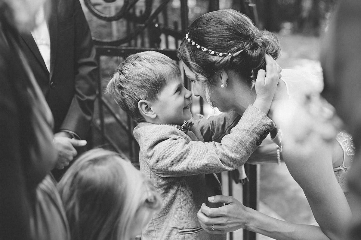 Hochzeitsfoto von Braut mit Kind bei Hochzeit im Kultur-Gut Wrechen, Uckermark © Hochzeit Berlin www.hochzeitslicht.de