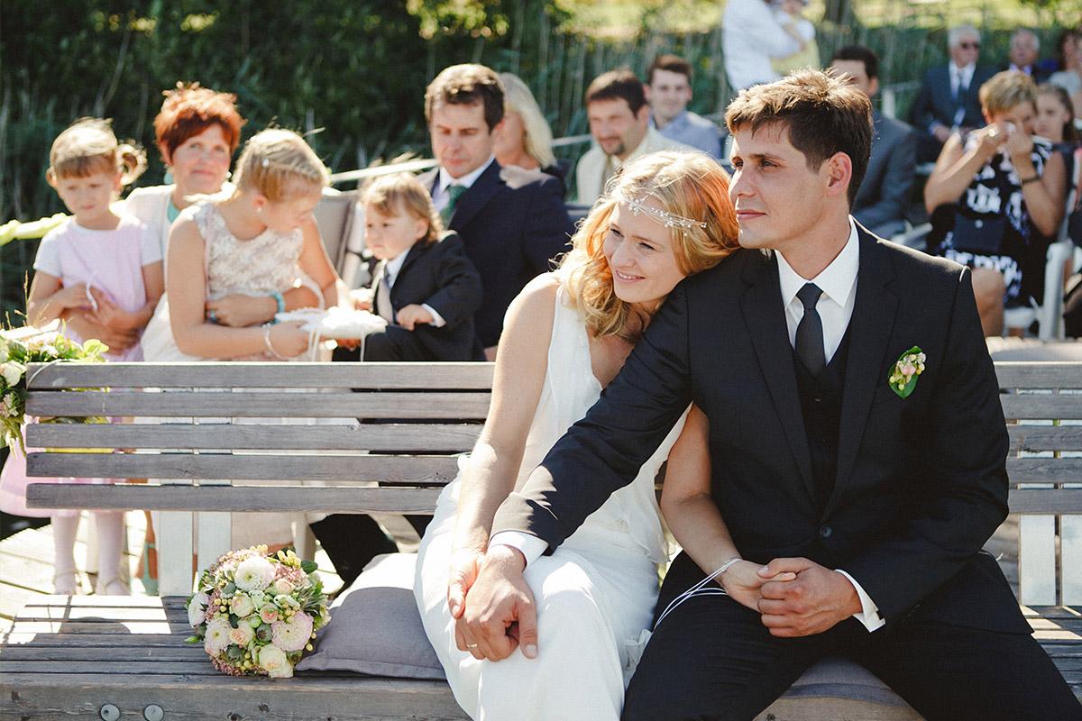 Hochzeitsreportage-Foto während freier Trauung aufgenommen von professioneller Hochzeitsfotografin Berlin im Kulturgut Wrechen © Hochzeitsfotograf Berlin hochzeitslicht