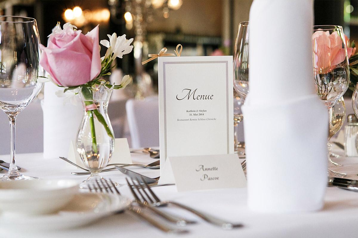 Hochzeitsfoto der Tischdekoration und Menükarte bei Hochzeit im Restaurant Remise im Schloss Glienicke Berlin direkt am Wannsee © Hochzeitsfotograf Berlin www.hochzeitslicht.de