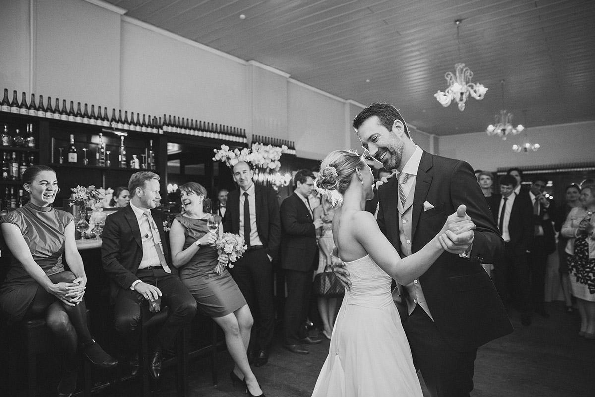Hochzeitsfoto von Brautpaar während Hochzeitstanz im Restaurant Remise Schloss Glienicke Berlin Wannsee © Hochzeitsfotograf Berlin www.hochzeitslicht.de
