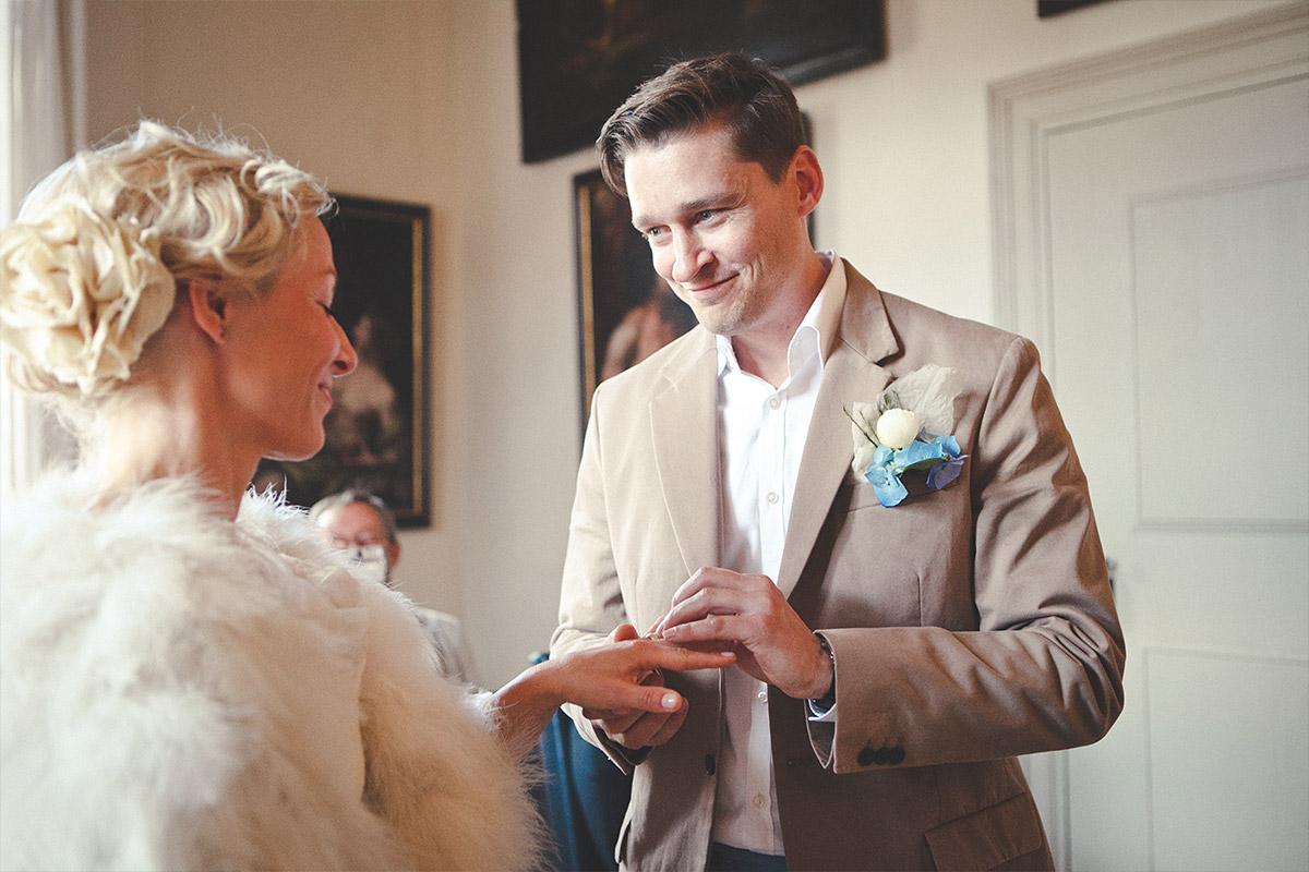 Hochzeitsreportage-Foto von Braut und Bräutigam beim Ja-Wort während standesamtlicher Hochzeit auf Schloss Caputh Schwielowsee © Hochzeitsfotograf Berlin hochzeitslicht