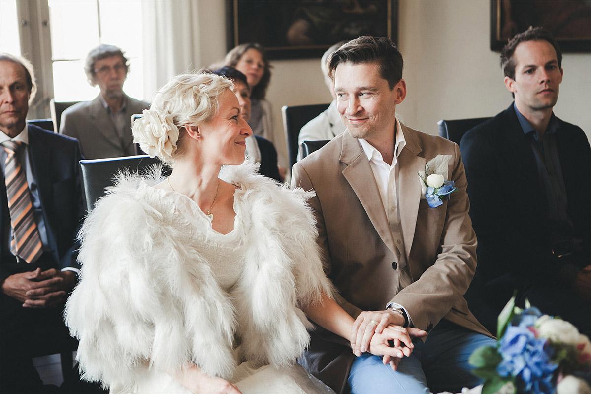 Hochzeitsfotografie von Braut und Bräutigam während standesamtlicher Trauung auf Schloss Caputh Schwielowsee © Hochzeitsfotograf Berlin hochzeitslicht