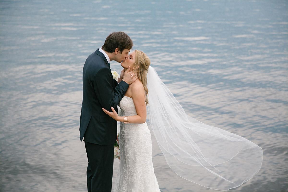 Brautpaarfoto am Wannsee bei Hochzeit im Gästehaus Villa Blumenfisch aufgenommen von professioneller Berliner Hochzeitsfotografin © Hochzeitsfotograf Berlin www.hochzeitslicht.de
