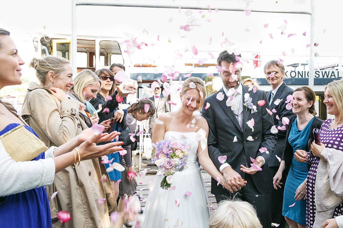 Hochzeitsreportage-Foto von Brautpaar bei Ankunft nach Bootstour über den Wannsee © Hochzeitsfotograf Berlin www.hochzeitslicht.de