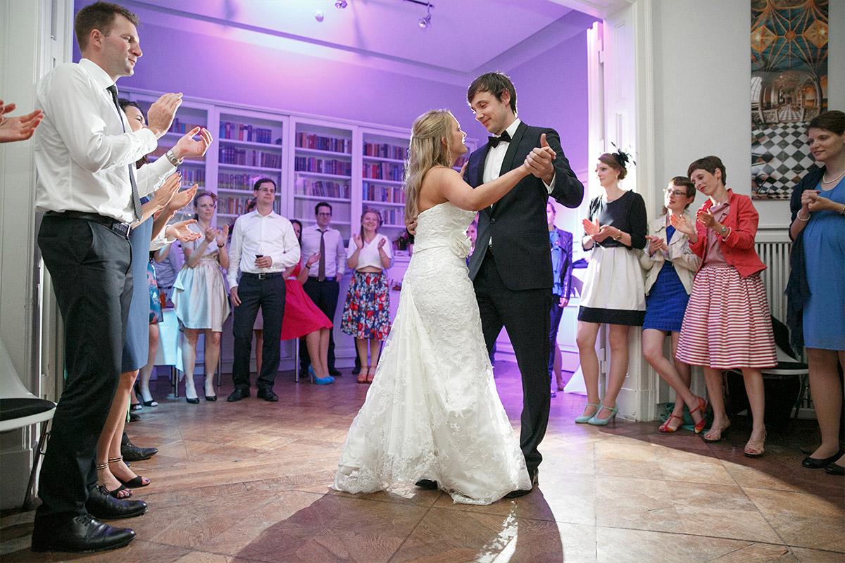 Hochzeitsfoto vom Eröffnungstanz des Brautpaares bei Hochzeitsfeier in Villa Blumenfisch © Hochzeitsfotograf Berlin www.hochzeitslicht.de