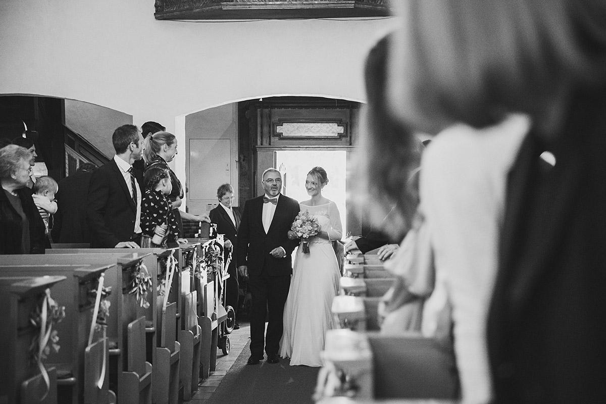 Hochzeitsfoto vom Einzug der Braut während kirchlicher Trauung in St.-Annen-Kirche Berlin-Dahlem © Hochzeitsfotograf Berlin www.hochzeitslicht.de