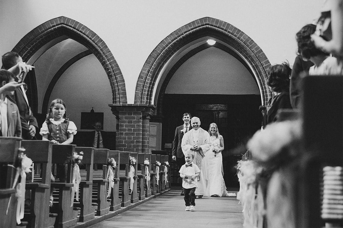 Einzug der Braut dokumentiert von professionellem Berliner Hochzeitsfotograf © Hochzeitsfotograf Berlin www.hochzeitslicht.de